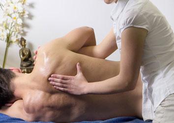 Séance d'ostéopathie à Bourgoin-Jallieu : manipulation du dos par un ostéopathe